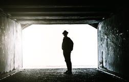 Adolescente en el extremo de un túnel oscuro Imagen de archivo