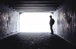 Adolescente en el extremo de un túnel oscuro Imágenes de archivo libres de regalías