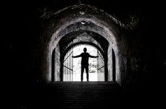 Adolescente en el extremo de un túnel oscuro Fotos de archivo