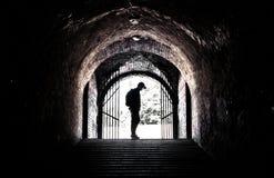 Adolescente en el extremo de un túnel oscuro Fotos de archivo libres de regalías