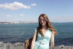 Adolescente en el fondo de Bosphorus Imagen de archivo libre de regalías