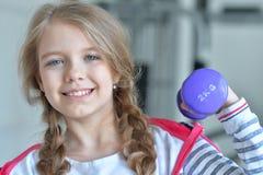 Adolescente en el gimnasio con pesas de gimnasia Foto de archivo libre de regalías