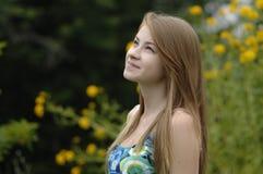 Adolescente en el jardín Foto de archivo