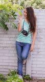 Adolescente en el jardín Fotografía de archivo libre de regalías
