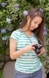 Adolescente en el jardín con las flores Imagen de archivo libre de regalías