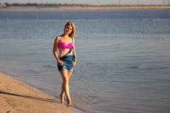 Adolescente en el mar Imagen de archivo libre de regalías