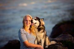 Adolescente en el mar Fotos de archivo