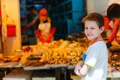 Adolescente en el mercado Imagen de archivo libre de regalías