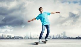 Adolescente en el monopatín Imagenes de archivo