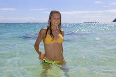 Adolescente en el océano con la máscara Imagen de archivo libre de regalías