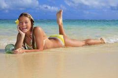 Adolescente en el océano en Hawaii Imagen de archivo libre de regalías