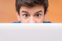 Adolescente en el ordenador. Fotos de archivo