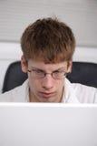 Adolescente en el ordenador Fotos de archivo libres de regalías