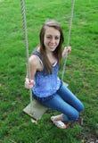 Adolescente en el oscilación Foto de archivo libre de regalías