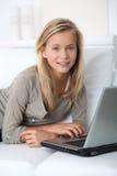 Adolescente en el país con el ordenador portátil Imagen de archivo libre de regalías