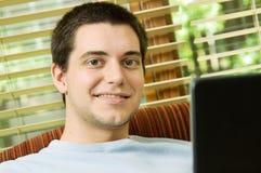 Adolescente en el país con la computadora portátil Fotografía de archivo
