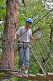 Adolescente en el parkour de la cuerda Foto de archivo