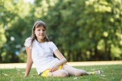 Adolescente en el parque Foto de archivo libre de regalías