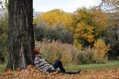 Adolescente en el parque Imágenes de archivo libres de regalías