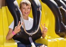 Adolescente en el parque de atracciones Fotos de archivo libres de regalías