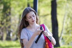 Adolescente en el parque que toma imágenes en cámara Fotos de archivo