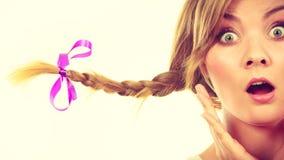 Adolescente en el pelo de la trenza que hace la cara chocada Fotos de archivo
