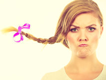 Adolescente en el pelo de la trenza que hace la cara enojada Imagen de archivo