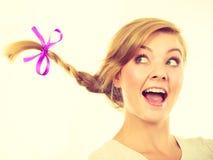 Adolescente en el pelo de la trenza que hace la cara feliz Foto de archivo libre de regalías