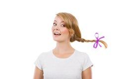Adolescente en el pelo de la trenza que hace la cara feliz Fotos de archivo libres de regalías