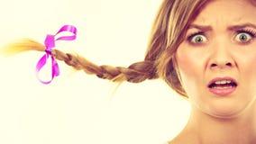 Adolescente en el pelo de la trenza que hace la cara chocada Foto de archivo