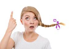 Adolescente en el pelo de la trenza que hace la cara de pensamiento Fotos de archivo