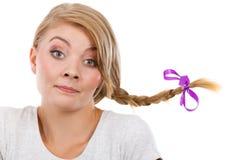Adolescente en el pelo de la trenza que hace la cara divertida Fotos de archivo libres de regalías