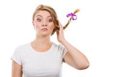 Adolescente en el pelo de la trenza que hace la cara divertida Imagen de archivo libre de regalías