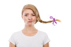 Adolescente en el pelo de la trenza que hace la cara divertida Fotografía de archivo libre de regalías
