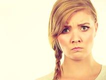 Adolescente en el pelo de la trenza que hace la cara enojada Fotografía de archivo libre de regalías