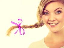 Adolescente en el pelo de la trenza que hace la cara feliz Imágenes de archivo libres de regalías
