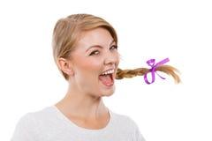 Adolescente en el pelo de la trenza que hace la cara feliz Fotografía de archivo