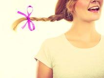 Adolescente en el pelo de la trenza que hace la cara feliz Imagen de archivo