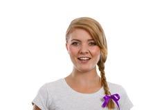 Adolescente en el pelo de la trenza que hace la cara feliz Foto de archivo