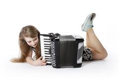 Adolescente en el piso del estudio con el acordeón Imagenes de archivo
