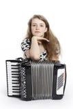 Adolescente en el piso del estudio con el acordeón Foto de archivo