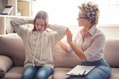 Adolescente en el psicoterapeuta Foto de archivo