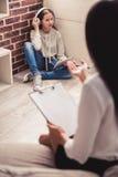 Adolescente en el psicoterapeuta Imagen de archivo