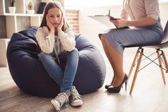 Adolescente en el psicoterapeuta Fotografía de archivo