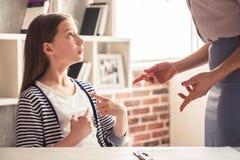 Adolescente en el psicoterapeuta Foto de archivo libre de regalías