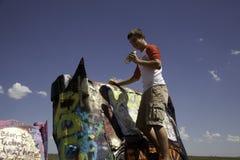 Adolescente en el rancho de Cadillac Imagenes de archivo