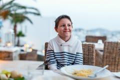 Adolescente en el restaurante Fotos de archivo