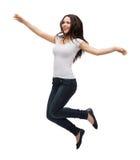 Adolescente en el salto en blanco blanco de la camiseta Imagen de archivo