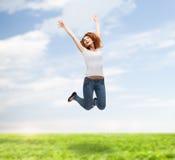 Adolescente en el salto en blanco blanco de la camiseta Imágenes de archivo libres de regalías