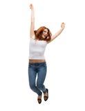 Adolescente en el salto en blanco blanco de la camiseta Fotografía de archivo libre de regalías